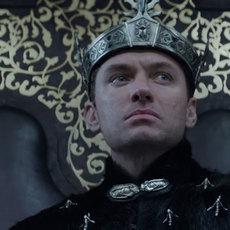 Le roi Arthur : Un nouvel extrait avec Jude Law nous plonge dans les origines de Vortigern