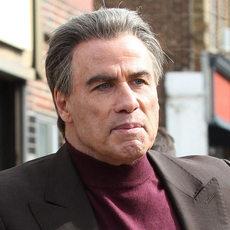 """John Travolta et ses moumoutes en parrain de la mafia dans la bande-annonce de """"GOTTI"""""""