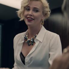 """Charlize Theron vend de la weed pharmaceutique dans """"Gringo"""""""