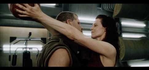 6 - Comme le nombre d'essais nécessaires à Sigourney Weaver pour mettre un panier de basket, de dos, dans Alien Resurrection