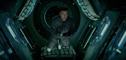 0 - Comme l'effet zéro G (apesanteur) recréé à l'aide de harnais et de différents autres effets pour le film Life