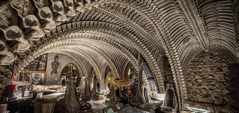 2 - Comme le nombre de Giger Bar inspirés de l'univers de H. R. Giger créateur de l'univers esthétique des films Aliens