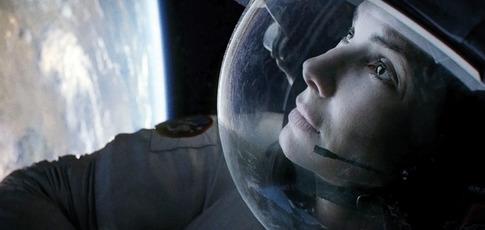 """12  - Comme le nombre de câbles attachés au corps de Sandra Bullock dans """"Gravity"""" d'Alfonso Cuarón pour créer l'illusion d'apesanteur"""