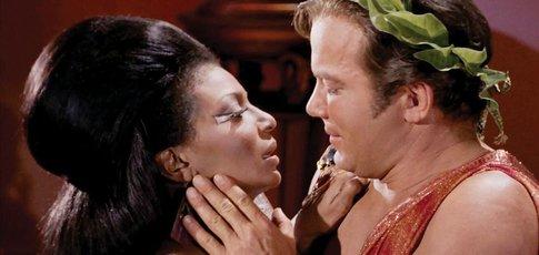 1968 - Comme l'année où, un baiser entre une femme noire et un homme blanc, fut échangé pour la première fois à la télévision US et c'était dans Star Trek.